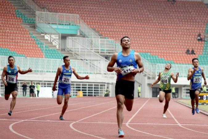 Lalu Muhammad Zohri (tengah) ketika mengikuti final lari nomor 200 meter U-20 di Kejuaraan Nasional Atletik U-18, U-20 dan Senior 2019 di Stadion Pakansari, Bogor, Jawa Barat, Minggu (4/8/2019) - Antara/Yulius Satria Wijaya.