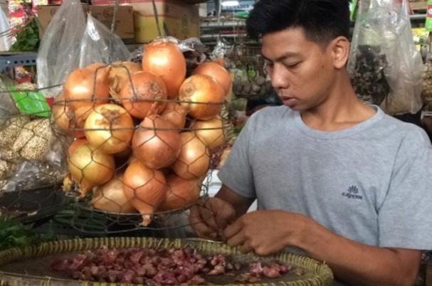 Bawang bombay di pasar tradisional / Antara