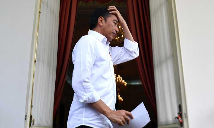 Presiden Joko Widodo bergegas usai menyampaikan keterangan kepada wartawan di beranda belakang Istana Merdeka, Jakarta, Selasa (3/3/2020). Presiden menyatakan telah memerintahkan para menteri untukmengingatkan para pejabat publik dan pihak rumah sakit agar tidak membuka data pasien positif corona serta mengajak masyarakat untuk tidak panik namun tetap waspada dan beraktivitas seperti biasa. ANTARA FOTO - Sigid Kurniawan