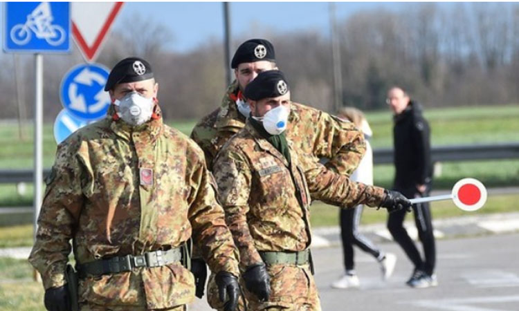 Para tentara memeriksa identitas orang/orang di sebuah pos pemeriksaan di wilayah Lombardia, Italia, pada 27 Februari 2020. Foto: Antara dari Xinhua