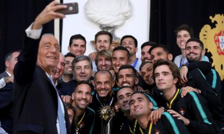 Presiden Portugal Marcelo Rebelo de Sousa berswafoto dengan para pemain dan trofi Piala Dunia Sepak Bola Pantai setelah dirinya menganugerahkan penghargaan kepada tim nasional sepak bola pantai Portugal di Istana Belem di Lisbon, Portugal, pada 3 Desember 2019. Foto: Antara dari Xinhua