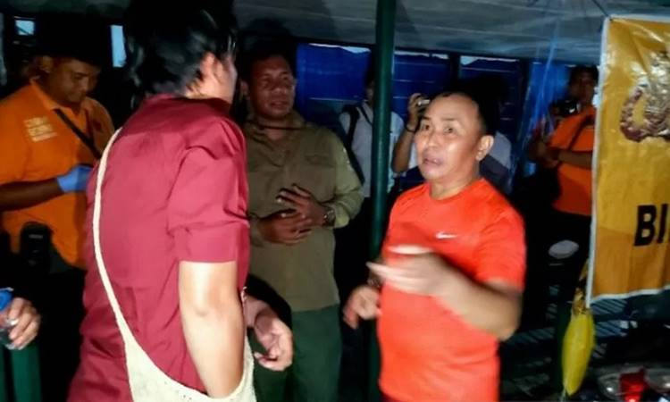 Gubernur Kalteng Sugianto Sabran ikut dalam pencarian dan evakuasi para korban laka air speedboat di Sungai Sebangau, Palangka Raya, Senin (9/3/2020) malam - Antara\n\n