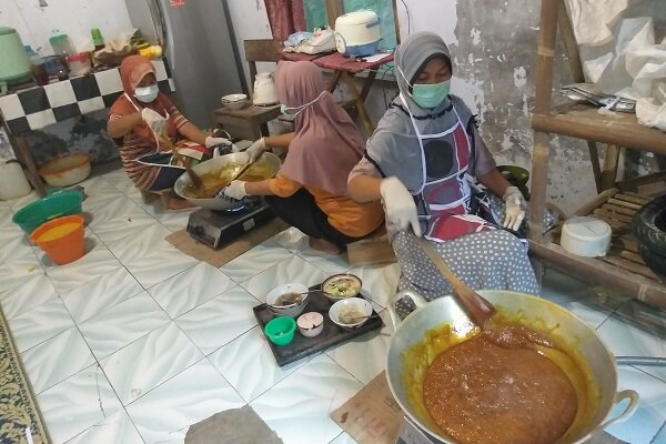 Ibu-ibu membuat serbuk jamu instan di Kebonagung, Jarum, Bayat, Senin (9/3/2020). Serbuk jamu instan dari daerah tersebut dicari pelanggan seiring merebaknya corona. - JIBI/Ponco Suseno