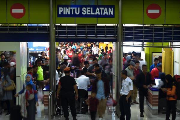 Penumpang memasuki peron di Stasiun Gambir, Jakarta, Sabtu (1/6/2019). - ANTARA FOTO/Galih Pradipta