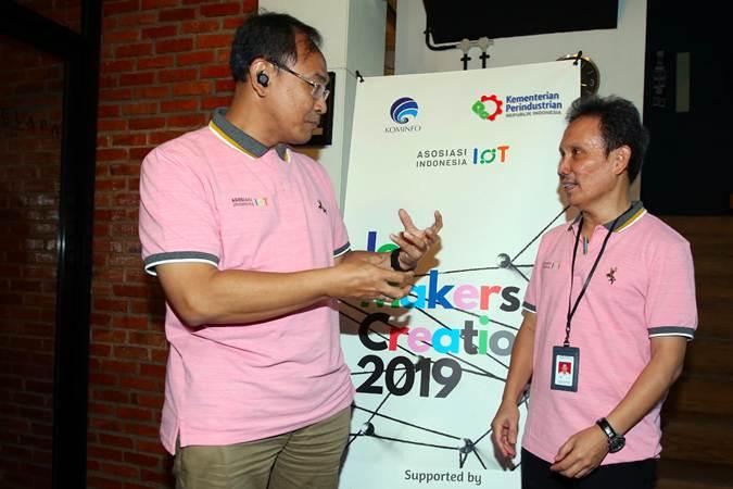 Ketua Umum Asosiasi IoT (Internet of Things) Teguh Prasetya (kiri) berbincang dengan Direktur Industri Elektronika dan Telematika (IET), Direktorat Jenderal Industri Logam, Mesin, Alat Transportasi, dan Elektronika (ILMATE) Kementerian Perindustrian Janu Suryanto - Bisnis/Abdullah Azzam