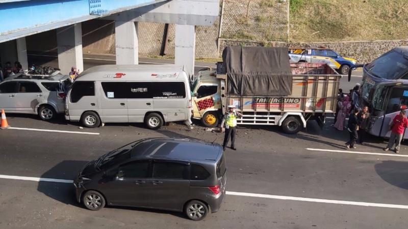 Kecelakaan beruntun yang terjadi di ruas tol Krapyak-Jatingaleh KM 9 arah Solo, Jawa Tengah, Jumat (31/5/2019). - Bisnis/Tim Jelajah Jawa/Bali 2019
