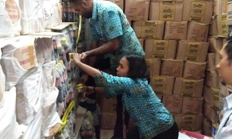 Petugas Balai POM Manokwari saat melakukan pemeriksaan dan memasang garis pengawasan bagi makanan kadaluarsa di gudang CV Delta Mandiri Papua Sorong, Selasa (10/2/2020). - Antara/Ernes Kakisina