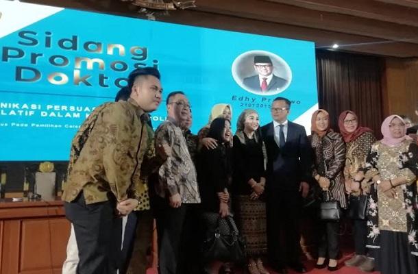 Menteri Kelautan dan Perikanan Edhy Prabowo (keempat kanan) meraih gelar Doktor Ilmu Komunikasi dari Universitas Padjadjaran. - Bisnis/Novianti
