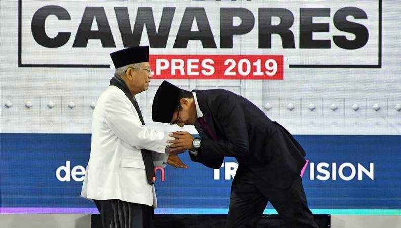 Cawapres nomor urut 01 K.H. Ma'ruf Amin (kiri) berjabat tangan dengan Cawapres nomor urut 02 Sandiaga Uno (kanan) saat mengikuti Debat Capres Putaran Ketiga di Hotel Sultan, Jakarta, Minggu (17/3/2019). - ANTARA/Wahyu Putro A