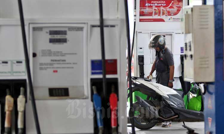 Pengendara sepeda motor melakukan pengisian Bahan Bakar Minyak (BBM) disalah satu Stasiun Pengisian Bahan Bakar Umum (SPBU) di Jakarta, Rabu (4/3/2020). Bisnis - Eusebio Chrysnamurti