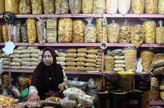 Pedagang menata camilan dagangannya di pasar Kliwon, Kudus, Jawa Tengah, Senin (13/5/2019). - ANTARA FOTO/Yusuf Nugroho