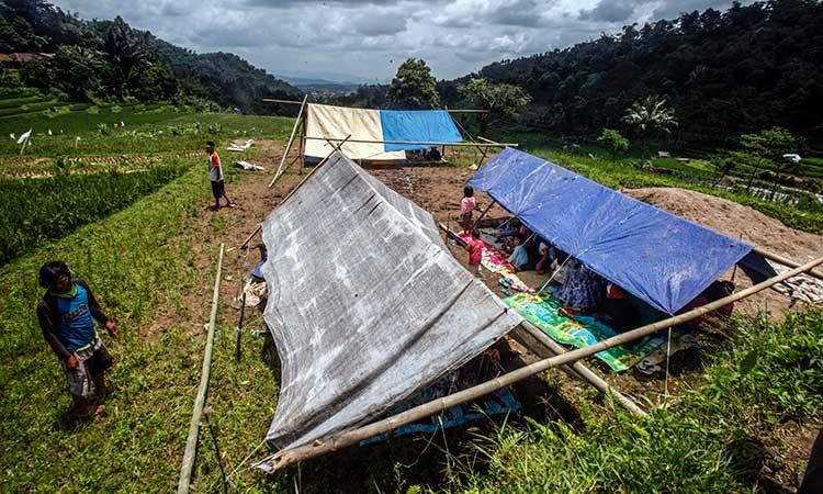 Warga mendirikan tenda darurat di area persawahan di Pamijahan, Bogor, Jawa Barat, Rabu (11/3/2020). Gempa berkekuatan magnitudo 5,0 terjadi Selasa (10/3/2020) mengakibatkan puluhan rumah rusak ringan hingga rusak berat sehingga membuat warga mendirikan tenda darurat untuk hunian sementara. ANTARA FOTO -  Yulius Satria Wijaya