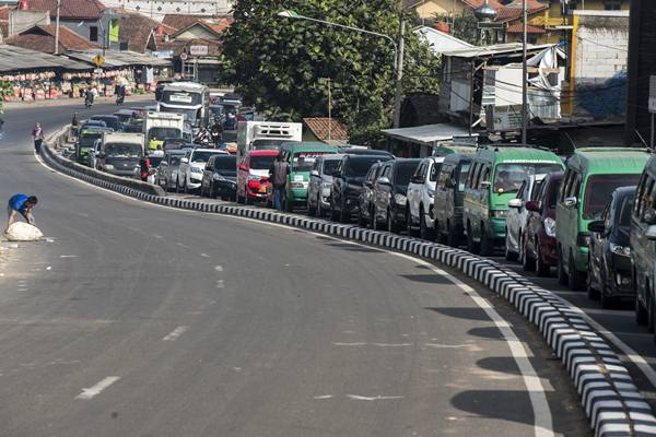 Antrean kendaraan pemudik di ruas jalan Nagreg, Kabupaten Bandung, Jawa Barat, Selasa (12/6). - Antara