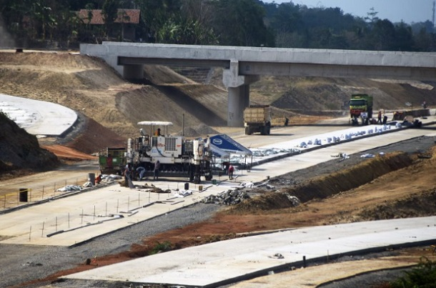 Pekerja menggarap proyek Tol Serang-Panimbang di Kampung Landak, Cikeusal, Serang, Banten. - Antara