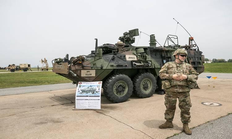 Seorang anggota Angkatan Darat AS berdiri di depan sebuah Kendaraan Pengintai Kimia Biologis Nuklir (NBCRV) yang dipamerkan selama acara memperingati ulang tahun ke-75 Angkatan Darat Kedelapan di Kamp Tentara AS Humphreys di Pyeongtaek, Korea Selatan, pada hari Sabtu, 8 Juni 2019. Acara perayaan berlangsung hingga 10 Juni. -  Bloomberg\n\n\n