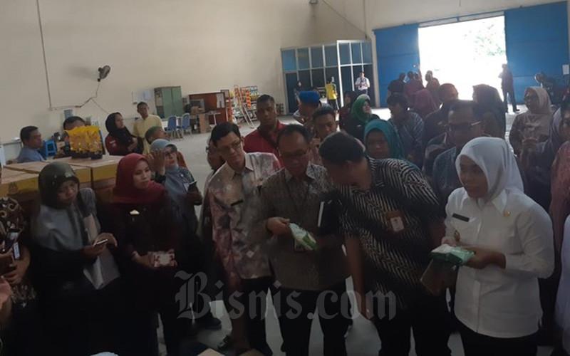 Pemkot Palembang meninjau stok gula pasir di gudang Bulog Divre Sumsel pada Kamis (12/3/2020). - Bisnis/Dinda Wulandari\n