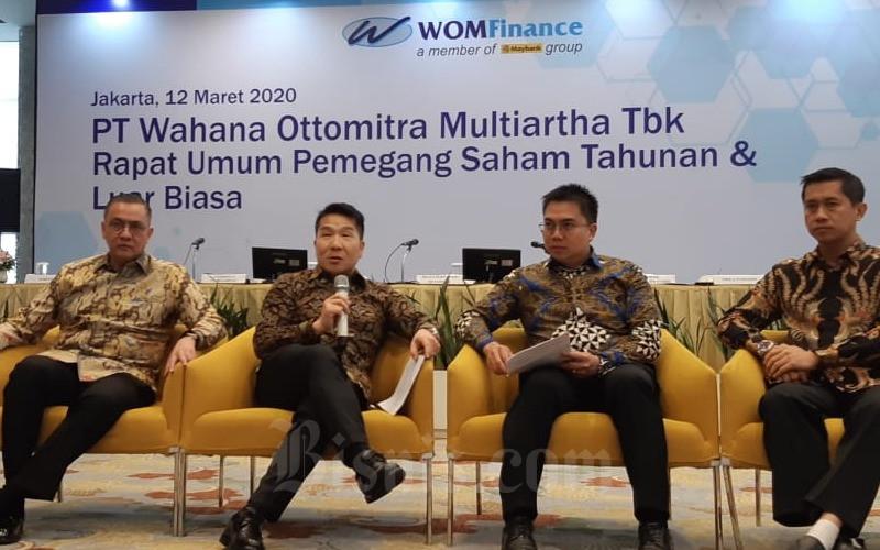 (Dari kiri ke kanan) Direktur WOM Finance Anthony Y. Panggabean, Presiden Direktur WOM Finance Djaja Suryanto Sutandar, Direktur WOM Finance Zacharia Susantadiredja, dan Direktur WOM Finance Wibowo. - Bisnis/Arif Gunawan