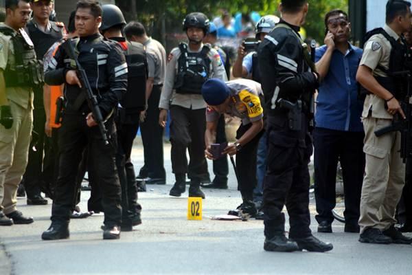 Petugas kepolisian berjaga di area ledakan bom di Pogar, Bangil, Kabupaten Pasuruan, Jawa Timur, Kamis (5/7/2018). - ANTARA/Umarul Faruq