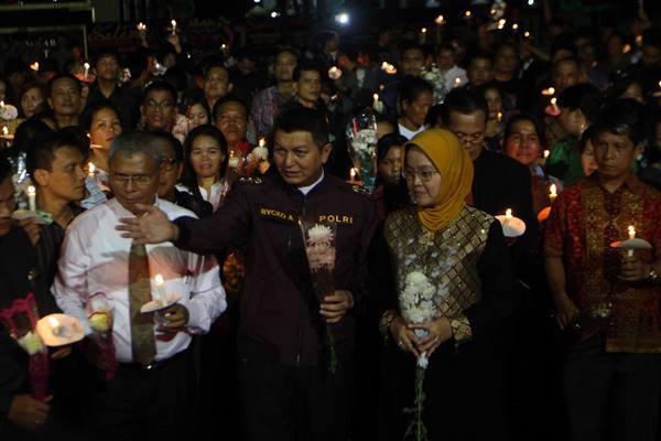 Kapolda Sumut Irjen Pol Rycko Amelza Dahniel (tengah) bersama warga menyalakan lilin ketika mengikuti aksi dukungan untuk Polri di Polda Sumut, Medan, Sumatera Utara, Senin (26/6) malam. Berbagai elemen masyarakat mendatangi Polda Sumut untuk memberi semangat dan dukungan kepada Polisi dalam mengusut dan memberantas aksi kejahatan terorisme yang terjadi di wilayah Sumut. ANTARA FOTO - Septianda Perdana