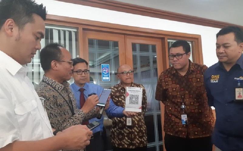 Kepala Perwakilan Bank Indonesia Sumsel Hari Widodo (kedua dari kiri) menunjukkan penggunaan QRIS saat media briefing Pekan QRIS Nasional 2020. -  Bisnis/Dinda Wulandari