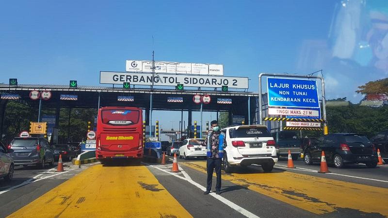 Kendaraan mengantre untuk membayar tarif jalan tol di Gerbang Tol Sidoarjo 2, Kamis (6/6/2019). Pada Hari Kedua Lebaran 2019 arus jalan tol Surabaya - Pandaan terpantau ramai lancar. - JIBI/Peni Widarti