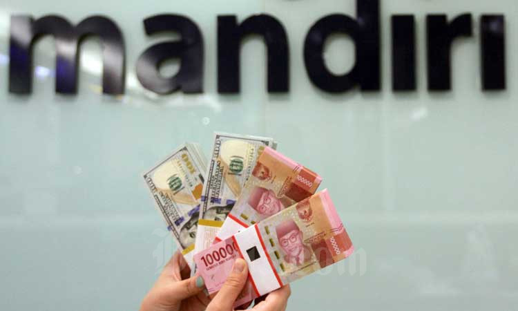 Petugas teller menata uang rupiah dan dolar AS di salah satu cabang Bank Mandiri di Jakarta, Rabu (19/2/2020). Bisnis - Arief Hermawan P