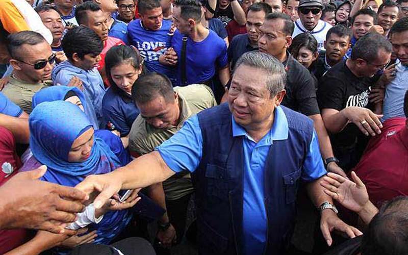 Ketua Umum Partai Demokrat Susilo Bambang Yudhoyono (SBY) menyapa warga saat mengunjungi kota Pekanbaru, Pekanbaru, Riau, Minggu (16/12/2018). - ANTARA/Aswaddy Hamid