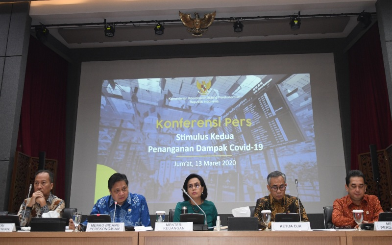 Menteri Keuangan Sri Mulyani (ketiga kiri) bersama Menko Perekonomian Airlangga Hartarto (kedua kiri), Menteri Perindustrian Agus Gumiwang Kartasasmita (kiri), Ketua OJK Wimboh Santoso (kedua kanan), dan Menteri Perdagangan Agus Suparmanto (kanan) memberikan keterangan terkait Stimulus Kedua Penanganan Dampak Covid-19 di kantor Kemenko Perekonomian, Jakarta, Jumat (13/3/2020). - ANTARA FOTO/Muhammad Adimaja