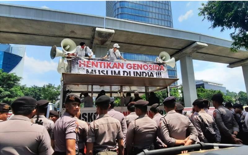Ilustrasi-Polisi mengawal aksi unjuk rasa Solidaritas Muslim India oleh sejumlah ormas di depan kantor Kedutaan Besar India di Kuningan, Jakarta Selatan, Jumat (6/3/2020). - ANTARA/Laily Rahmawaty