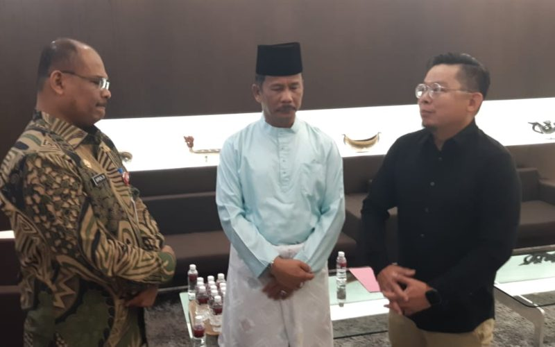 Direktur Penanggulangan Bencana dan Kebakaran Kementerian Dalam Negeri RI, Safrizal ZA (tiga dari kanan), Konsul Jenderal Singapura, Mark Low (kanan), dan Wali Kota Batam Muhammad Rudi (dua dari kanan), dalam pertemuan di Kantor Konsulat Jenderal Singapura di Batam. - Bobi Bani
