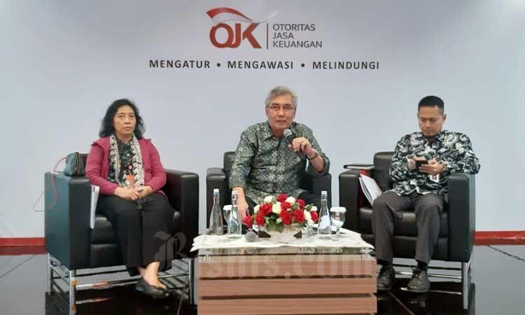 Kepala Eksekutif Bidang Industri Keuangan Non-Bank (IKNB) dan Anggota Dewan Komisioner Otoritas Jasa Keuangan (OJK) Riswinandi (tengah) bersama Kepala Departmen Pengawasan IKNB (Asuransi, Dapen) Ahmad Nasrullah (kanan) dan Deputi Komisioner Pengawas IKNB I OJK Anggar B Nurani (kiri) memberikan penjelasan kepada media di Jakarta, Senin (24/2/2020). Acara tersebut membahas update soal perkembangan industri keuangan Non-Bank dan reformasi IKNB. Bisnis - Hendri Tri Widi Asworo