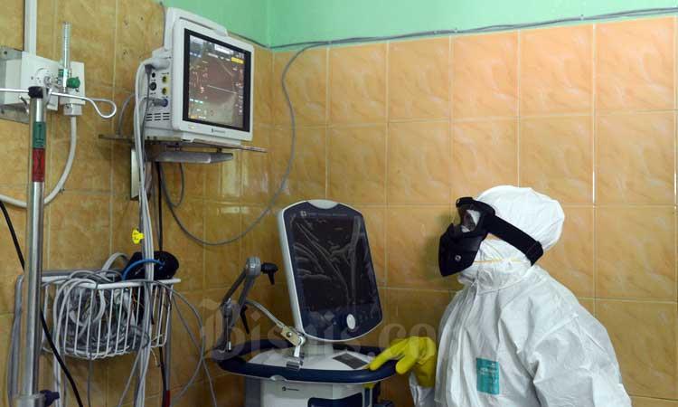 Petugas medis mengecek peralatan kesehatan saat berada di ruangan isolasi Rumah Sakit Zainal Umum Zainal Abidin, Banda Aceh, Aceh, Rabu (4/3/2020). Pemerintah Aceh menyediakan dua unit rumah sakit khusus , yakni Rumah Sakit Umum Zainal Abidin, Banda Aceh dan Rumah Sakit Cut Meutia, Lhokseumawe sebagai rujukan untuk penanganan pasien terinfeksi virus Corona. ANTARA FOTO - Ampelsa