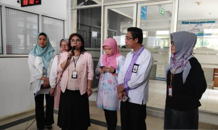Direktur Utama Rumah Sakit Umum Persahabatan Jakarta Timur Rita Rogayah (ketiga dari kiri) saat memberikan keterangan kepada wartawan di Jakarta, Rabu (11/3/2020). - ANTARA/Andi Firdaus.\n\n