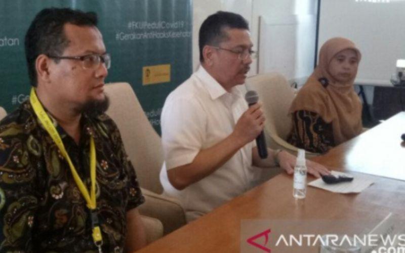 Dekan Fakultas Kedokteran Universitas Indonesia Dr. dr. Ari Fahrial Syam, Sp.PD-KGEH, MMB. (tengah) berbicara dalam konferensi pers tentang COVID-19 di Fakultas Kedokteran UI, Jakarta, Jumat (13/03/2020) - ANTARA/Martha Herlinawati Simanjuntak.