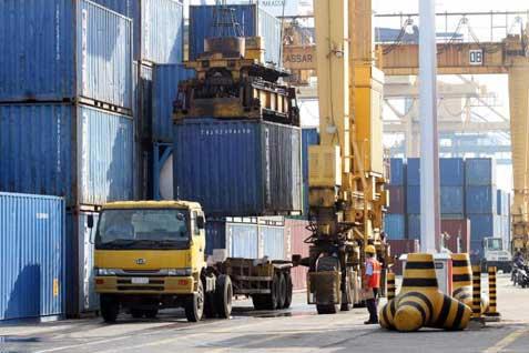 Kegiatan bongkar muat peti kemas di Pelabuhan Tanjung Priok - JIBI