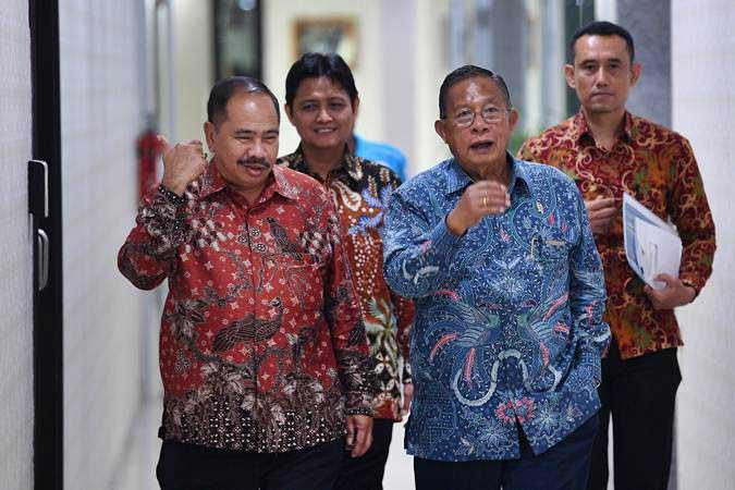 Menko Perekonomian Darmin Nasution (kedua kanan) didampingi Kepala PPATK Kiagus Ahmad Badaruddin (kiri) tiba untuk menghadiri seminar diseminasi di kantor PPATK, Jakarta, Selasa (30/4/2019). - ANTARA/Sigid Kurniawan