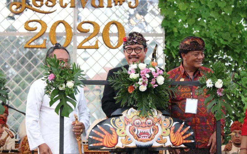 Wakil Gubernur Bali Tjokorda Oka Artha Ardhana Sukawati atau Cok Ace memberikan sambutan di Tanah Lot Art and Food Festival. - Luh Putu Sugiari