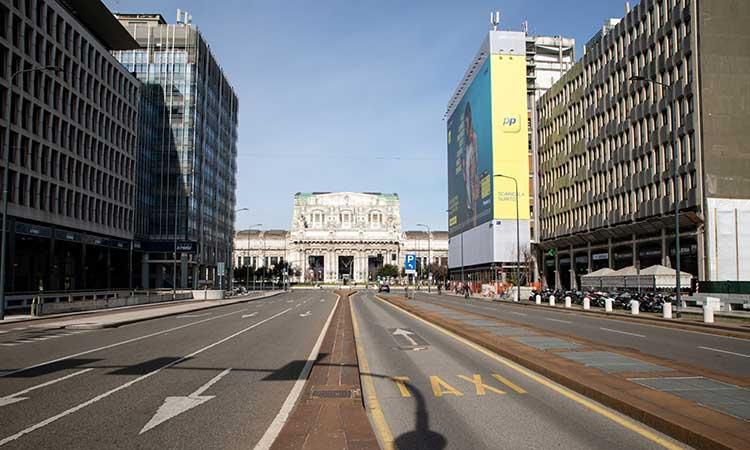 Jalanan kosong terlihat di depan stasiun kereta api Centrale di Milan, Italia, Selasa (10/3/2020). Italia menjadi negara pertama yang mencoba melakukan kebijakan lock down (penguncian) untuk menghentikan penyebaran virus corona. Bloomberg - Camilla Cerea
