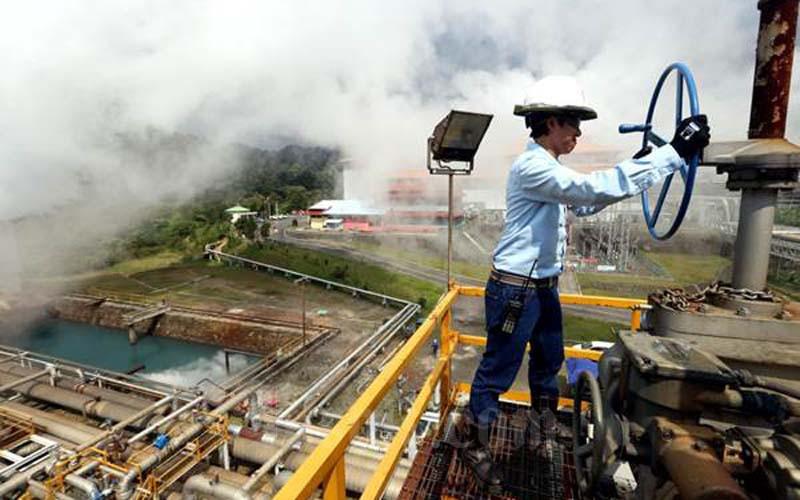 Pekerja melakukan pemeriksaan rutin jaringan instalasi pipa di sebuah Pembangkit Listrik Tenaga Panas Bumi (PLTP). - JIBI/Rachman