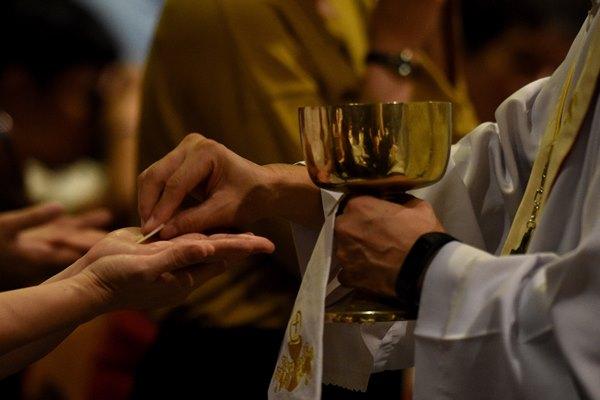 Umat Katolik mengikuti jalannya Misa Kamis Putih di Gereja Katedral, Jakarta, Kamis (18/4/2019). Kamis Putih merupakan hari pertama dari Tri Hari Suci Paskah yang dirayakan untuk memperingati perjamuan terakhir Yesus bersama para murid. ANTARA FOTO - M Risyal Hidayat