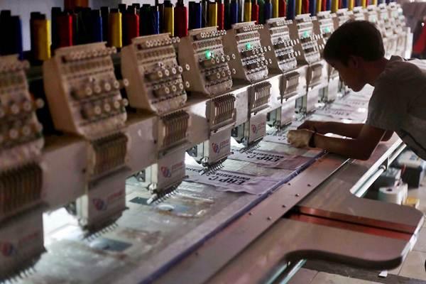 Pekerja mengawasi mesin bordir komputer di rumah produksi bordir di Jakarta, Senin (15/10/2018). - JIBI/Nurul Hidayat