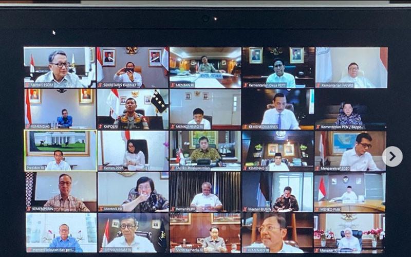 Rapat Terbatas (Kabinet) pada Senin (16/3 - 2020) dilakukan melalui video conference. Foto: Istagram Pramonoanungw