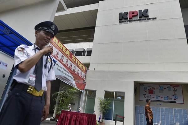 Petugas berjaga di depan rumah tahanan negara klas I Jakarta Timur cabang rutan Komisi Pemberantasan Korupsi (KPK) saat peresmian di Gedung Merah Putih KPK, Jakarta, Jumat (6/10). - ANTARA/Puspa Perwitasari