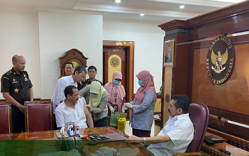 Jaksa Agung RI Burhanuddin (kanan) menyaksikan vaksinasi influenza terhadap jaksa-jaksa di lingkungan Kejaksaan Agung bersama para Jaksa Agung Muda, Senin (16/03 - 2020). Foto: twitter @KejaksaanRI