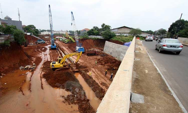 Pekerja dibantu alat berat menyelesaikan proyek pembangunan Jalan Tol Serpong-Cinere di kawasan Pondok Cabe, Tangerang Selatan, Banten, Minggu (1/3/2020). Bisnis - Arief Hermawan P