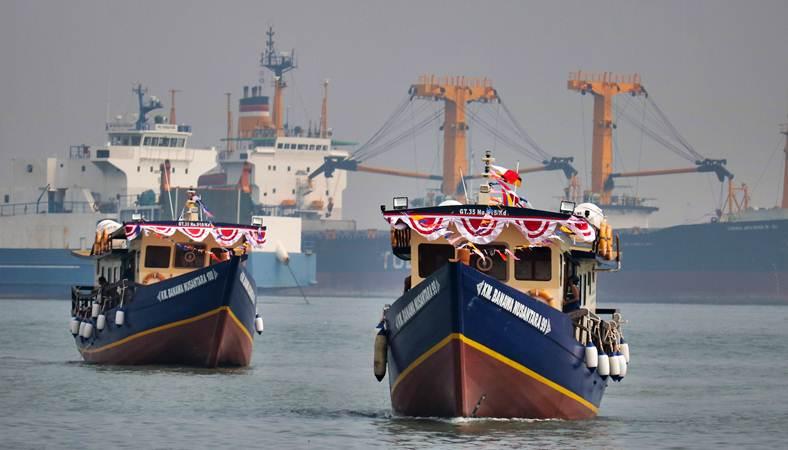 Dua Kapal Motor (KM) bersiap sandar di Dermaga Jamrud Utara, Pelabuhan Tanjung Perak, Surabaya, Jawa Timur. - Antara/Didik Suhartono