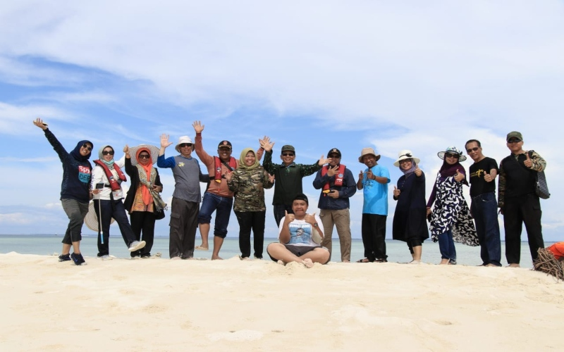 Kunjungan Bupati Kobar Hj Nurhidayah pada Minggu (29/12) didampingi jajarannya ke kawasan Gosong Senggora -  Istimewa / Dok. Pemprov Kalimantan Tengah