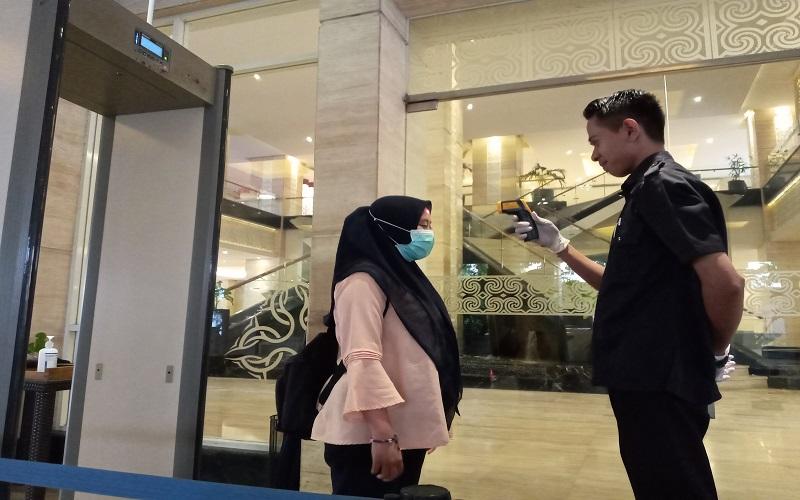 Industri perhotelan di Makassar mulai meningkatkan kewaspadaan dengan menyediakan hand sanitizer dan pemeriksaan suhu tubuh pengunjung, menyusul semakin masifnya penyebaran pandemi Covid-19 di Indonesia - Andini Ristyaningrum