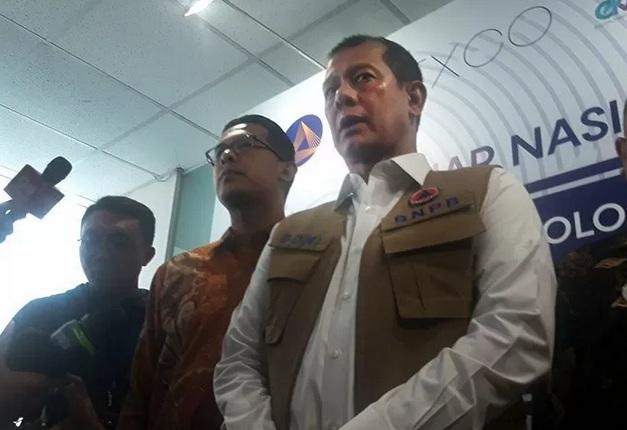 Kepala Badan Nasional Penanggulangan Bencana (BNPB) Doni Monardo memukul gong saat pembukaan kegiatan seminar kebencanaan di Jakarta, Senin (24/2/2020).  - Antara\n\n