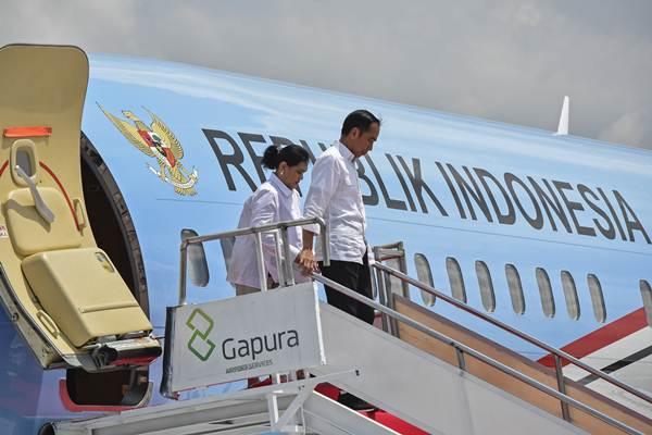 Presiden Joko Widodo (kanan) bersama Ibu Negara Iriana Joko WIdodo tiba di Bandara International Lombok di Praya, Lombok Tengah, NTB, Kamis (18/10/2018). Presiden melakukan kunjungan kerja ke NTB dalam rangka memastikan proses rehabilitasi dan rekonstruksi gempa Lombok berjalan lancar. - ANTARA/Ahmad Subaidi